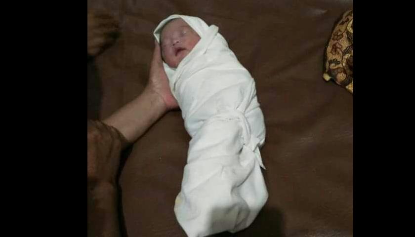 Diduga Hasil Hubungan Gelap, Bayi Masih Merah Dibuang di Belakang Rumah