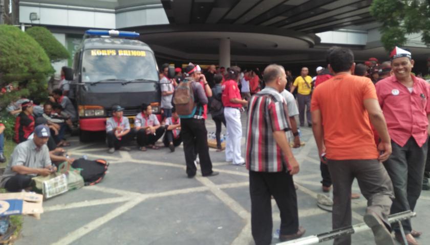 Ribuan Pendukung Djarot-Sihar Padati Hotel Grand Mercure