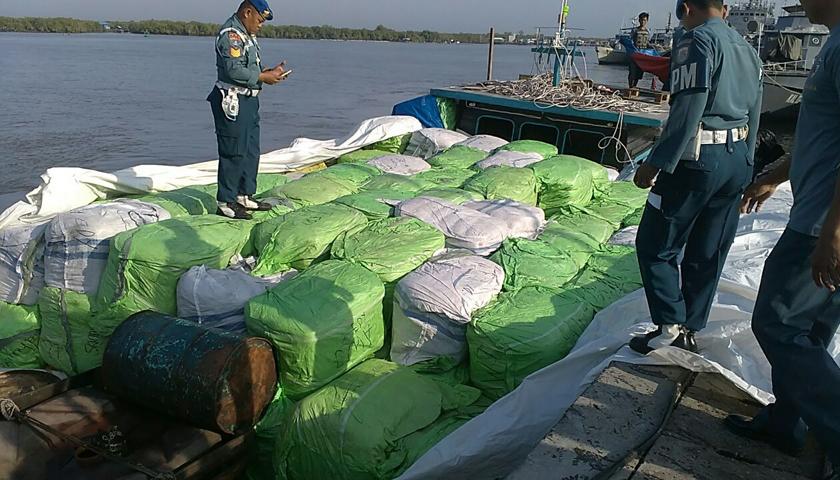 TNI AL Gagalkan Penyelundupan Pakaian Bekas