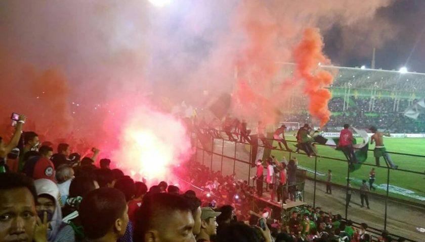 Aduh, Penonton Masih Gunakan Flare Untuk Merayakan Kemenangan PSMS Medan