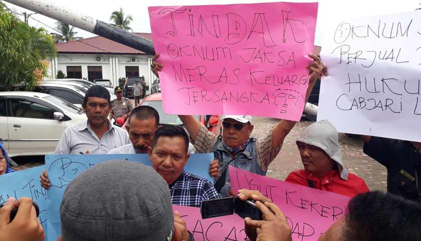 Aniaya Tahanan, Puluhan Wartawan Geruduk Kantor Cabjari Labuhan Deli