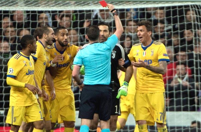 Gianluigi Buffon Menerima Kartu Merah Perdana di 650 Penampilan Liga Champions
