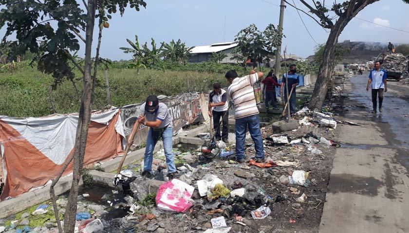 Gunungan Sampah di Jalan Masuk TPA Terjun Dibersihkan