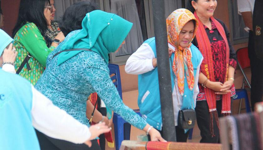 Kunjungi Desa Tenun Pangururan, Ibu Negara Puji Tenunan Ulos Batak