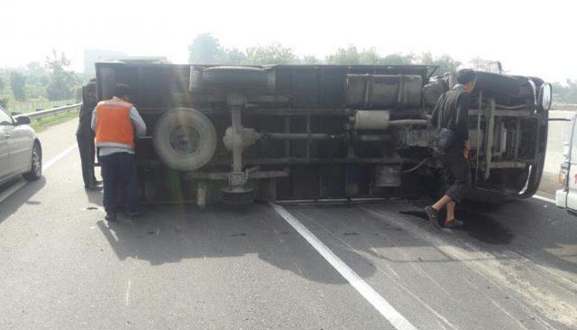 Pecah Ban, Mobil Box Terbalik di Jalan Tol
