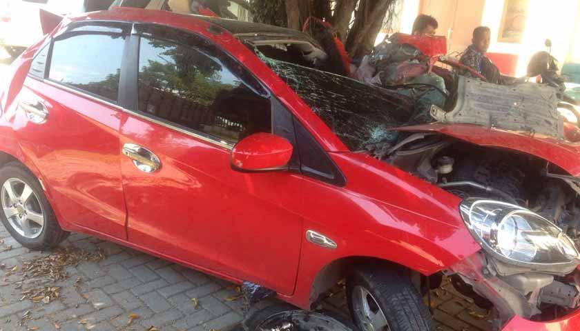 Tabrak Truk, Penumpang Mobil Honda Brio Tewas di Tol Belmera