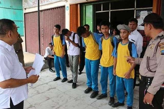 Jam Belajar Berkeliaran di Warnet, 10 Siswa Terjaring Razia