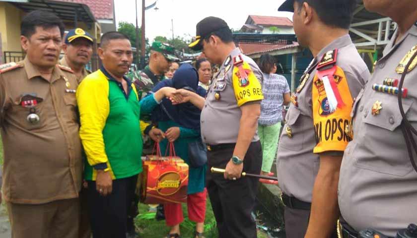 Kapolres Beri Bantuan Korban Banjir dan Puting Beliung