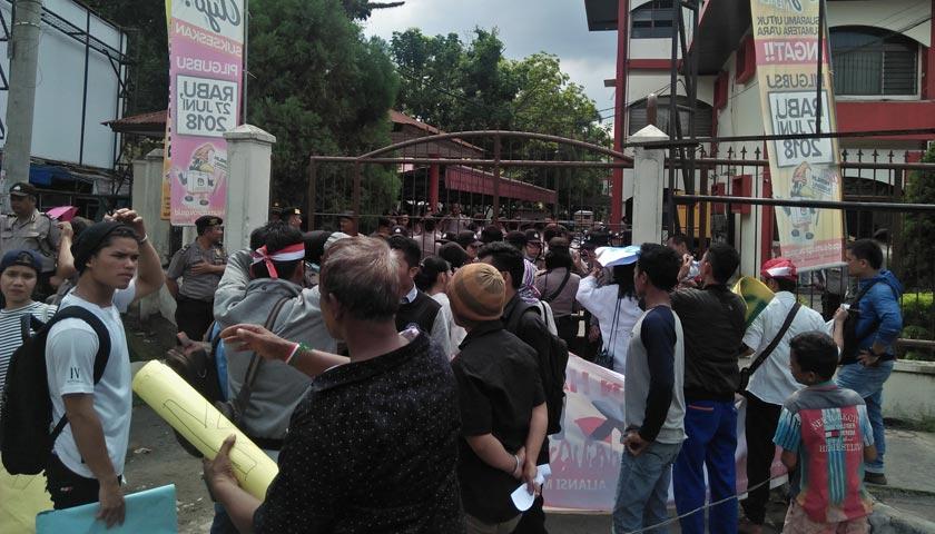 Puluhan Mahasiswa dan Massa Demo Kantor KPU Sumut