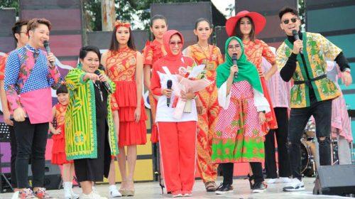 Ribuan Warga Kota Medan Hadiri Fashion Show Batik Medan di Lapangan Merdeka