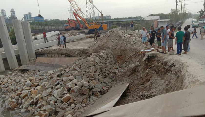 Tanah Jembatan Titi II Sicanang Amblas