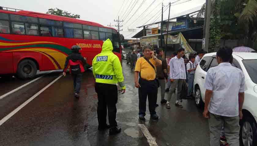 Rem Bus Blong, Medan Jaya Seruduk 5 Mobil Saat Isi BBM