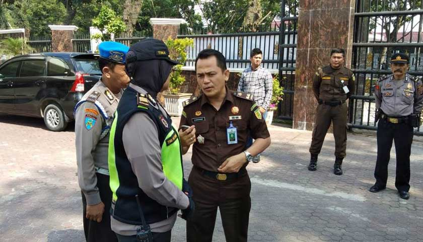 Sekuriti Bubarkan Polisi Sedang Apel Unras di Halaman Kejatisu