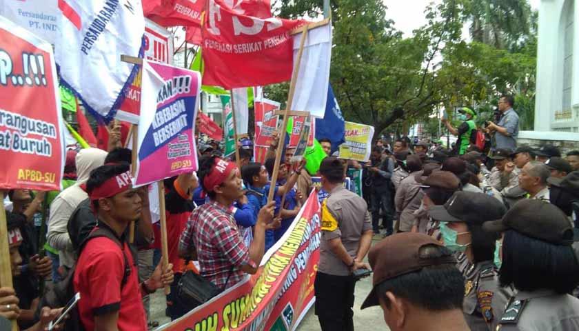 Aliansi Buruh Sumut Kembali Geruduk Kantor Gubsu