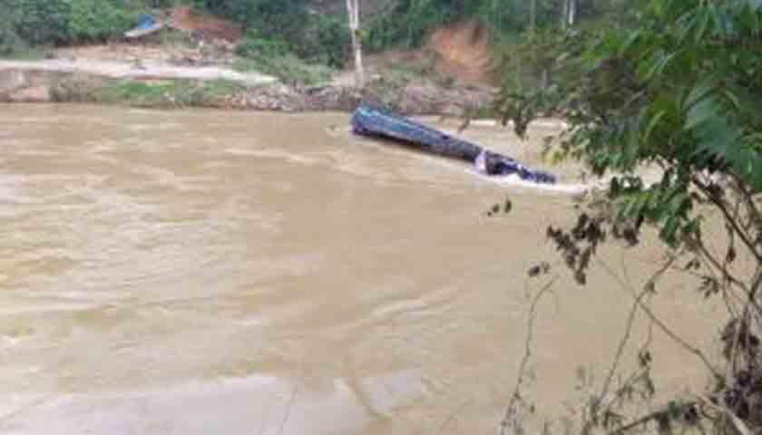 Fuso Angkut Pupuk Terguling ke Sungai Natal, Videonya Viral