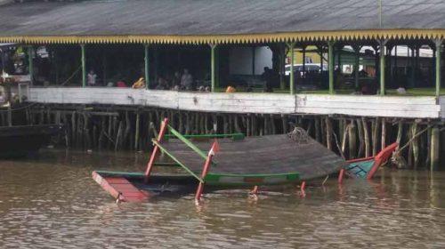 Perahu Dompeng Milik RM Raja Karam, 13 Penumpang Nyaris Tenggelam