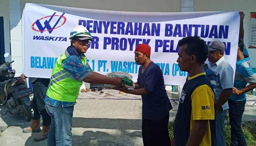 PT Waskita Karya Salurkan Bantuan ke Warga Hamparanperak