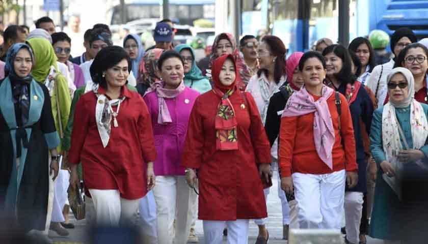 Ketum Dharma Pertiwi Dampingi Ibu Negara Test Naik MRT