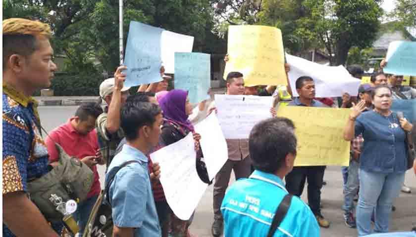 Demo Wartawan: Copot Yulhasni, Ketua KPU Sumut