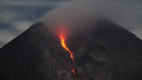 Dua Guguran Lava Pijar Meluncur dari Gunung Merapi