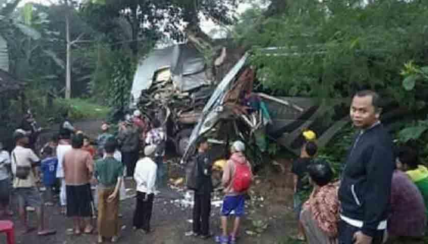 Bus Rombongan Pelajar Tabrak Pohon Besar, Korban Tewas Belum Terdata