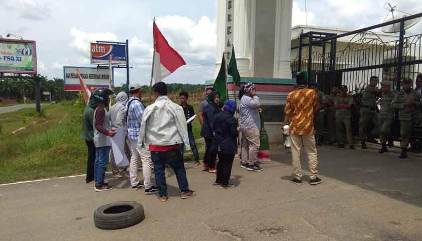 Himpunan Mahasiswa Islam Labusel Geruduk Kantor Bupati