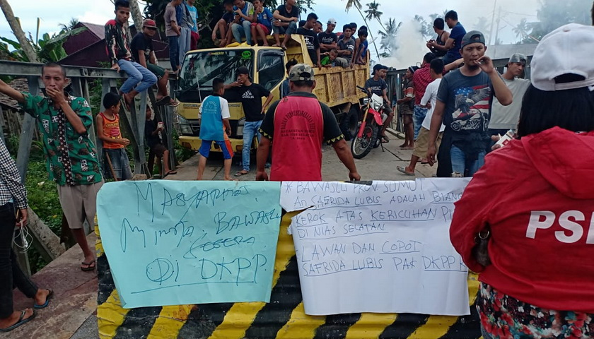 Desak Pemilihan Ulang, Masyarakat Nisel Blokir Jalan
