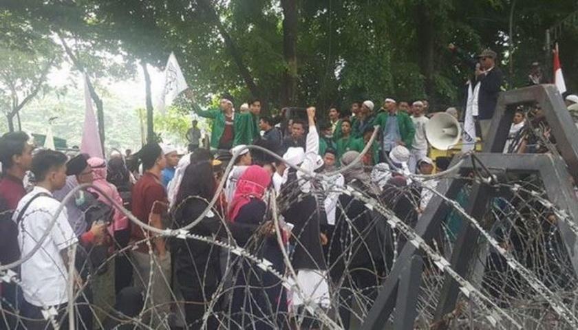 Seribuan Massa 'Tumpah' di Depan DPRD Sumut