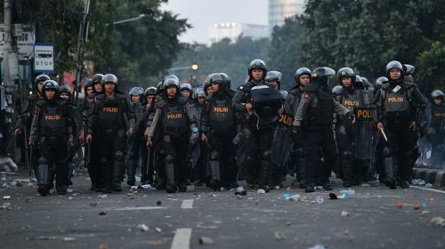 Polisi Pukul Mundur Perusuh di Petamburan, Pembakaran Modil Diselidiki