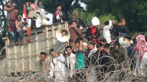 Seribuan Massa Demo Bawaslu Sumut, Pria Diduga Bawa Senpi Diamankan