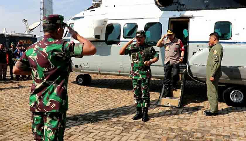 Naik Heli Super Puma, Panglima TNI Tinjau Arus Mudik Lebaran