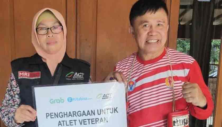 Petinju Legendaris Indonesia Ellyas Pical Dapat Penghargaan dari MSR-ACT