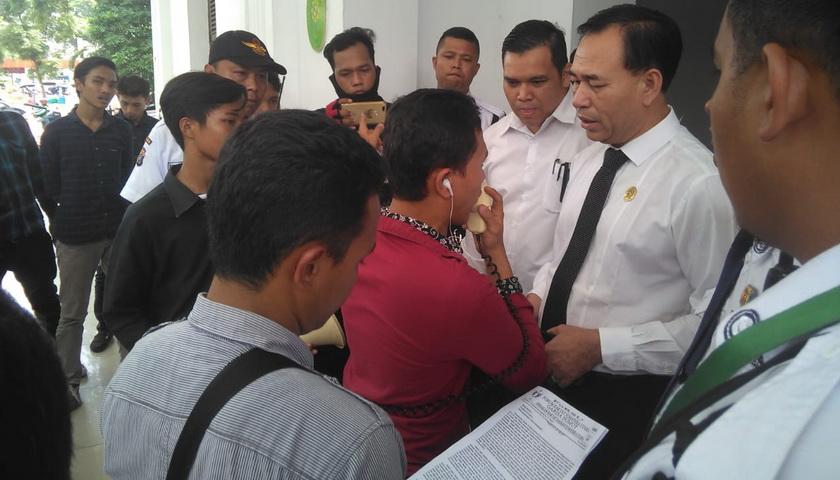 Curiga BB Pencucian Uang Juned Dihilangkan, Puluhan Massa 'Geruduk' PN dan Kejari Medan