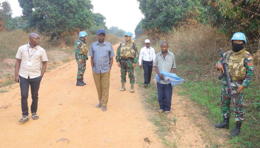 Lagi, Ex-Combatan Kongo Serahkan Senjata AK 47 ke Satgas TNI Konga XXXIX-A