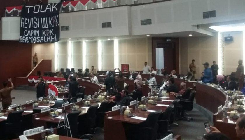 Kecolongan, Spanduk Tolak Revisi UU KPK Terbentang di Ruang Paripurna DPRDSU