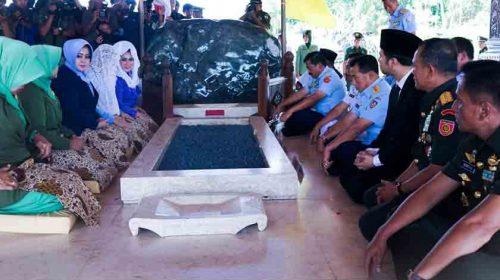 Panglima TNI Ziarahi Makam Soekarno di Blitar, Panjatkan Doa dan Tabur Bunga