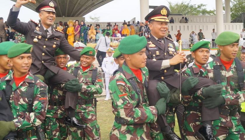Hadiri HUT TNI ke 74, Kapolres Batubara AKBP R Simatupang SH MHum Diusung Prajurit Baret Hijau