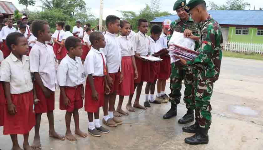 Kado HUT Ke-74 TNI, Satgas Yonif 411 Kostrad Bagikan Seragam Sekolah di Kawasan Perbatasan
