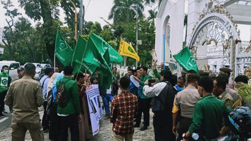Demo di Kantor Gubsu, PMII dan PW Himmah Sumut Tuding Zonny Waldi Pejabat Terkorup