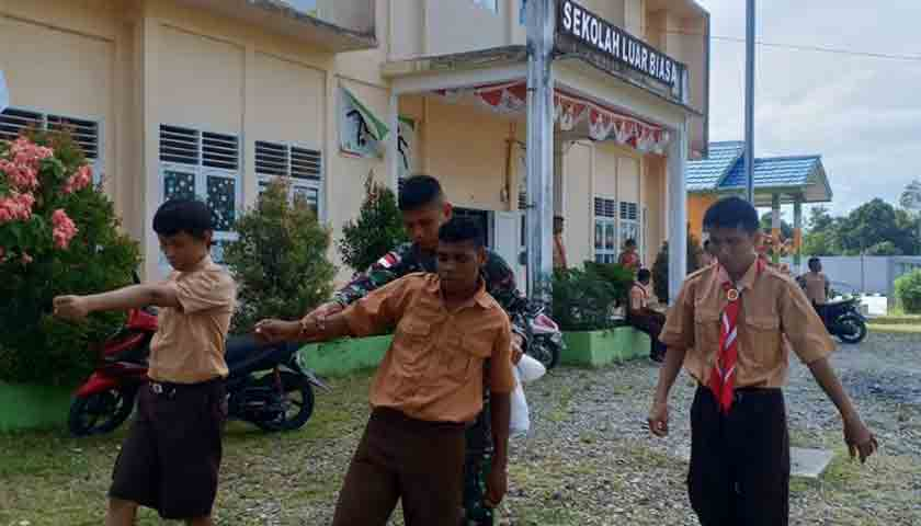 Prajurit TNI Yonif 755 Kostrad Ajarkan Anak-anak Disabilitas Pengibar Bendera