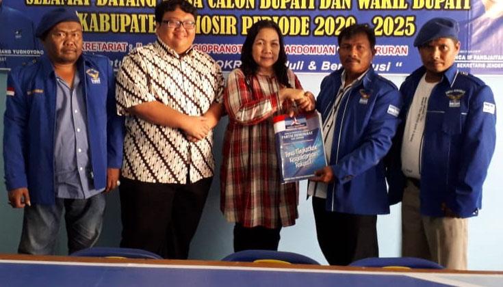 Rismawati Simarmata Kembalikan Formulir Pendaftaran ke DPC Partai Demokrat Samosir