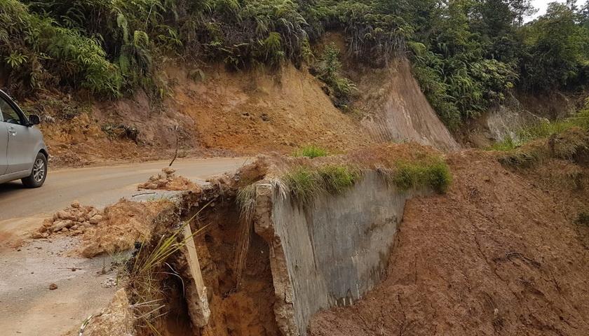 Kondisi Jalan di Wilayah Parmonangan Taput Mengkhawatirkan