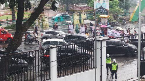 Warga Kecam, Unjukrasa Blokir Lalulintas Depan Kantor DPRD