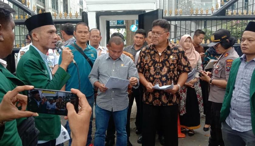 Massa Pengunjuk Rasa di Gedung DPRD Sumut Minta Masinton Pasaribu Diperiksa
