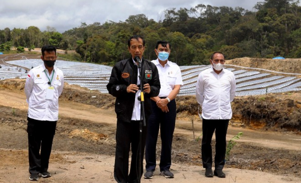 Presiden  RI Joko Widodo didampingi Gubernur Sumut Edy Rahmayadi, Menteri Koordinator Bidang Kemaritiman dan Investasi Luhut Binsar Pandjaitan, Menteri Pertanian Syahrul Yasin Limpo, serta Menteri Lingkungan Hidup