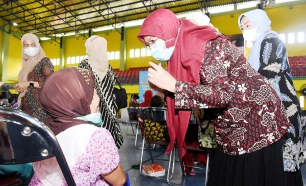 Sekdaprov Sumut R Sabrina memberikan tali asih dan bingkisan kepada Perempuan Penyandang Disabilitas dan Lansia pada kegiatan Advokasi Perempuan dan Anak dari Tindak Kekerasan yang diselenggarakan dalam rangka Peringatan Hari Ibu ke-92 Tahun 2020