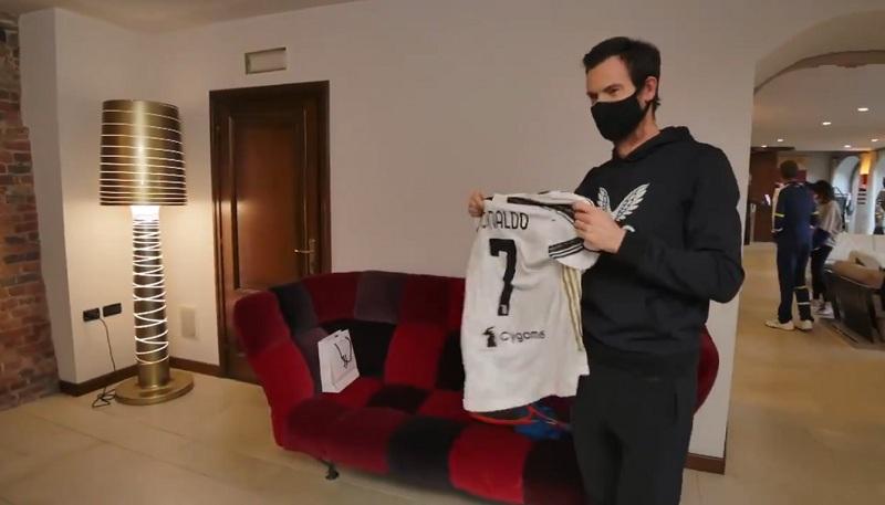 Andy Murray Terima Jersey Bertanda Tangan Cristiano Ronaldo