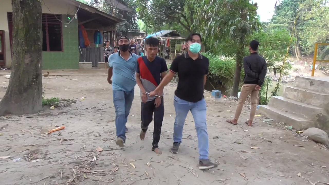 Personel Unit Reskrim Polsek Medan Sunggal menangkap dua pelaku pungutan liar (pungli) dan penganiyaan saat melintas di Simpang Kampung Lalang