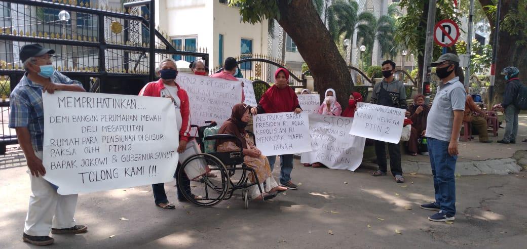 Respon Surat DPRD SU Lambat, Pensiunan Bentangkan Spanduk