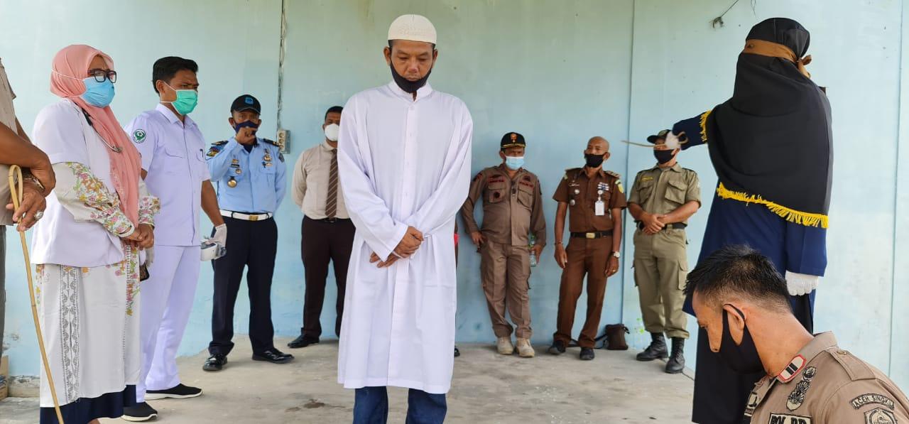 Terbukti langgar Qanun Jinayat, Pasangan Non Muhrim di Aceh Singkil Dihukum 100 Kali Cambuk